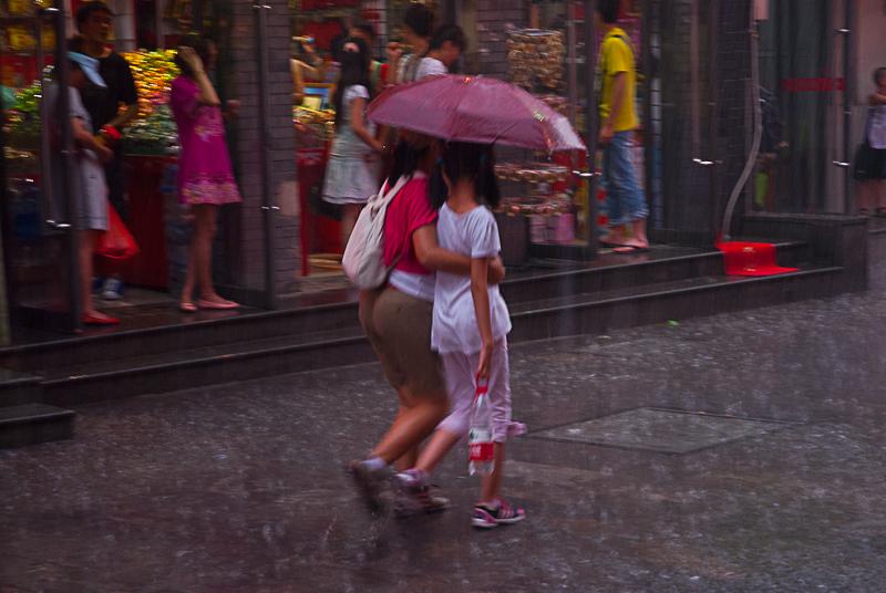 Lluvia en Pekin I – Dos y un paraguas