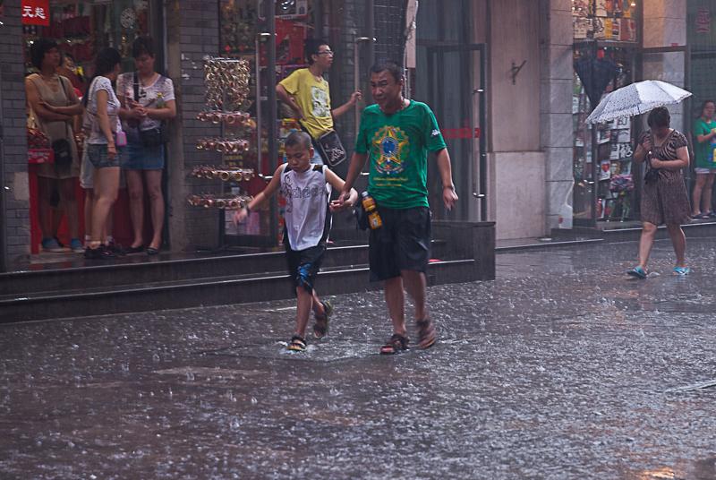 Lluvia en Pekin VI – Humanos 2/Paraguas 0