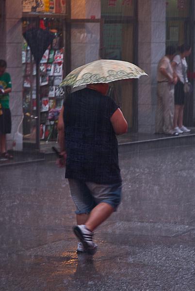 Lluvia en Pekin II – Gran hombre paraguas pequeño